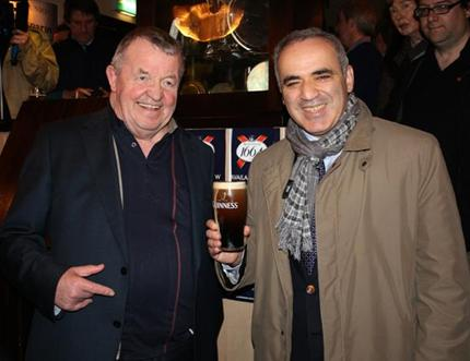 Irish FIDE Delegate Eamon Keogh serves Garry Kasparov a Guinness